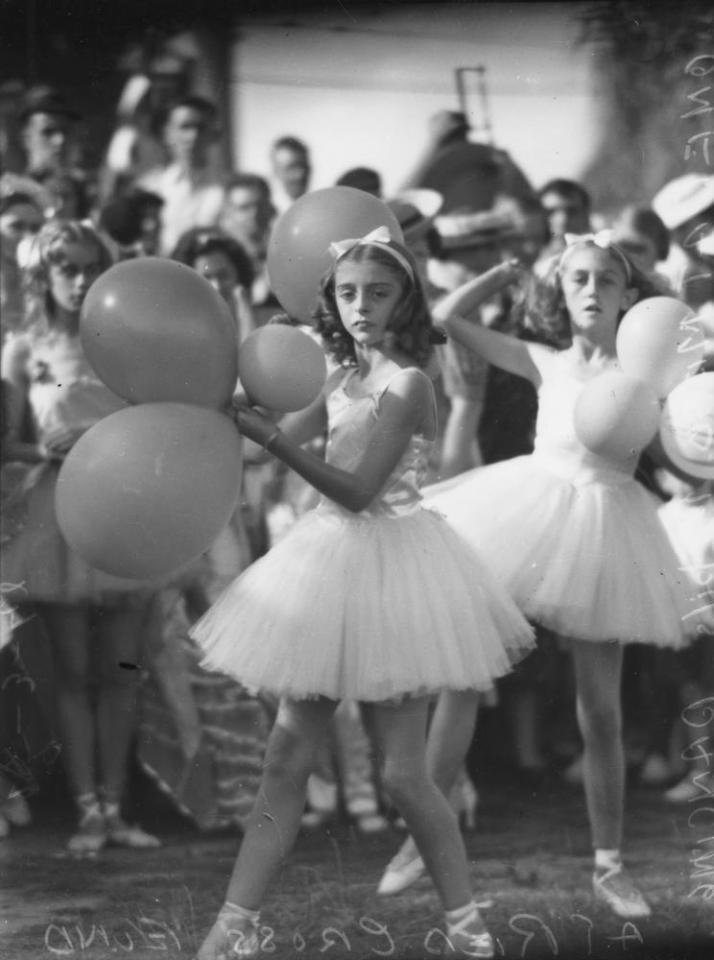 Dancing at the Red Cross Fund, Brisbane, 1942. Public domain photo.